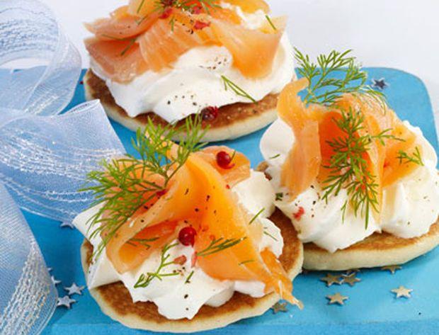 Mini blinis au saumon fumé - Nos recettes de Noël au saumon - Femme Actuelle
