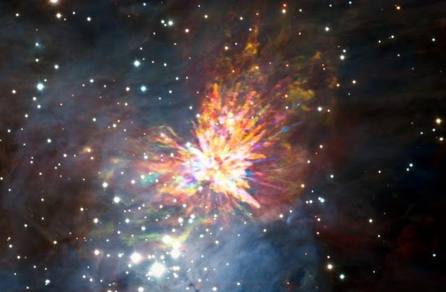 Kembang api kosmis. Kredit: ALMA (ESO/NAOJ/NRAO), J. Bailly/H. Drass     SpaceNesia - Ledakan di alam semesta sering dikaitkan dengan s...