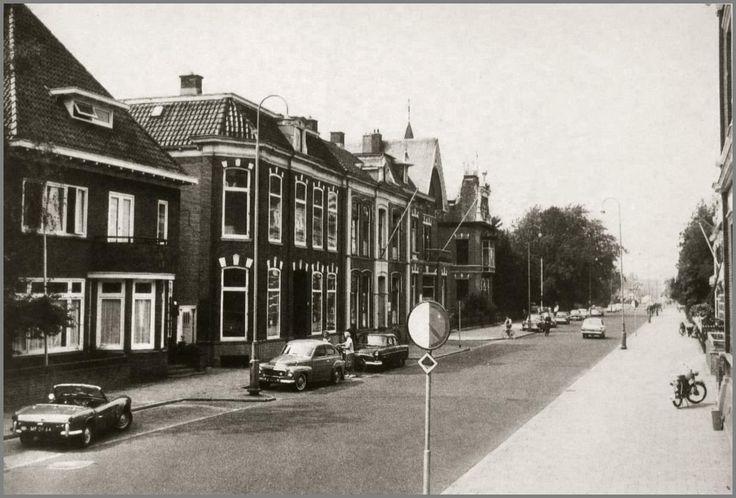 Bron: ToenWasAlmeloNogMooi.nl  Wierdensestraat in westelijke richting spoorwegovergang. Links de Westerstraat. De villa met het puntdak op de hoek Westerstraat is nog in  gebruik geweest als belastingkantoor.