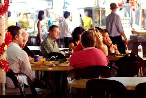 Makansutra Glutton's Bay adalah tempat nyari makan malam yang menyajikan makanan lokal, asik buat nongkrong dengan view Marina Bay yang spektakuler,mmm..yuum-yuummm..! #SGTravelBuddy