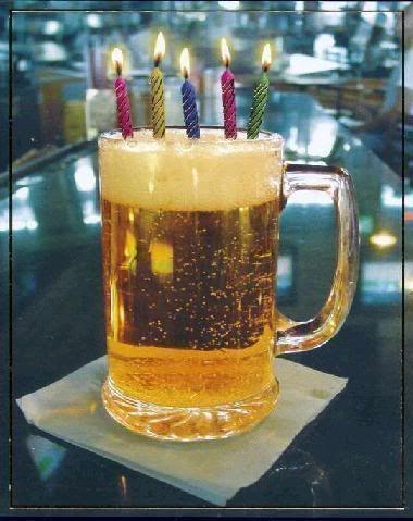 Cerveza con velas de cumpleaños