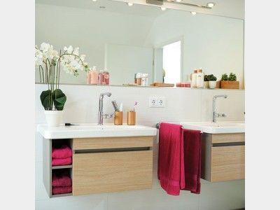 Badezimmer mit großen Spiegeln über den Waschbecken strecken optisch den Raum und lassen ihn so geräumiger wirken. Gefunden im #Einfamilienhaus Variant auf haus-xxl.de