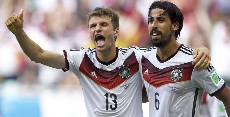 """Müller besiegt Portugal - ARD-Experte Mehmet Scholl bezeichnete ihn als """"wilde 13"""": Thomas Müller, der das DFB-Trikot mit dieser Nummer trägt, wuselte, stürmte und schoss sich im ersten Gruppenspiel der deutschen Elf auf unorthodoxe Art zum Matchwinner. Der Bayern-Star machte ein überragendes Spiel und führt nun sogar eine prestigereiche Liste an."""