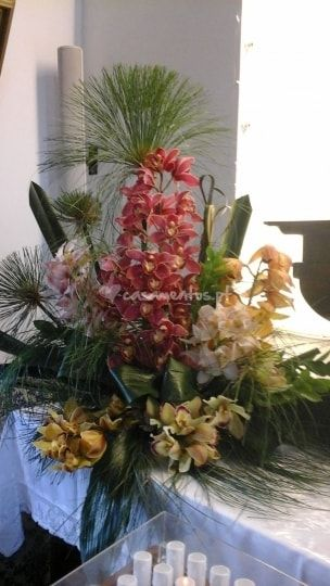 Flores são fundamentais em uma celebração de casamento, elas preenchem com alegria e vida cada detalhe da decoração. Na igreja, no altar, na lapela ou no buquê, elas têm presença imprescindível em um dia tão importante. A Florista Eulália coloca à