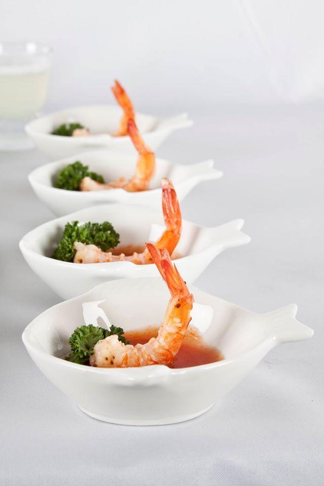Aperitivos y entradas servidos en platos pequeños de la colección #ocean con diseño de #pescado