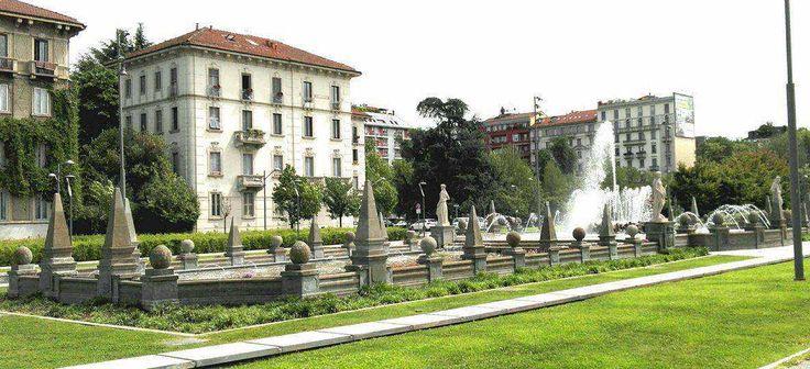 Una fontana che rispecchia i gusti architettonici del tempo, più precisamente linee classiche con decorazioni barocche. Durante i lavori per la realizzazione d
