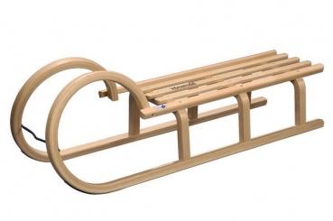 Dieser Hörnerschlitten besticht mit zeitlosem Design. Die Verarbeitung des Schlittens ist qualitativ hochwertig und verspricht eine Menge Spass unf dem Berg zu einem unschlagbaren Preis-Leistungs-Verhältnis.        hochwertiges Buchenholz      TÜF/GS-geprüft      Lattensitz      3 schichtholzverleimte Brücken      Metallkufen