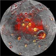 Pese a abrasadoras temperaturas durante el día, Mercurio, el planeta más cercano al Sol, contiene hielo y materiales orgánicos congelados dentro de cráteres permanentemente ensombrecidos en su polo norte, dijeron el jueves científicos de la agencia espacial estadounidense, NASA. Imagen de radar de la región del polo norte de Mercurio adquirida por el Observatorio Arecibo en Puerto Rico superpuesta en un mosaico de imágenes de la misma zona del Mercury MESSENGER en una fotografía facilitada…