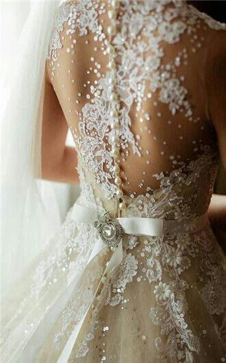 My heart flutters seeing this, i love this wedding dress! The lace details are beautiful <3
