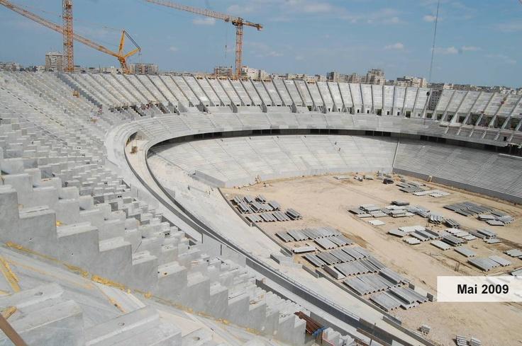 2009:  • Se finalizează lucrările de structură rang inferior, tribuna I, tribuna a II-a şi peluza sud şi se montează gradenele.  • Se finalizează lucrările de fundaţii la peluza sud şi se încep lucrările la pereţii de subsol.  • Se execută lucrările la rang superior, tri¬buna I, tribuna a II-a şi peluza sud, în proporţie de 70% exclusiv montarea gradenelor.  • Se realizează 96 din cei 120 de stâlpi perim¬etrali.  • Se execută lucrările de instalaţii  în proporţie de 20%.