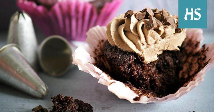 Nämä suklaamuffinit ovat mehevän kosteita kesäkurpitsaraasteen ansiosta. Suklaamuffinsit kruunataan maitosuklaa-tuorejuustokuorrutuksella.