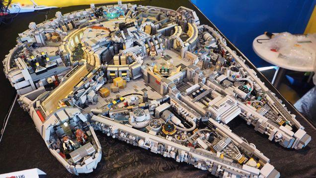 El interior del Halcón Milenario hecho de LEGO es una obra de arte