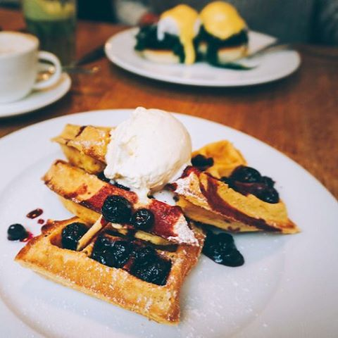 My top brunch tips in Notting Hill out on KATCAPRICE.COM, time to go bananas!!! This one's in @tomskitchens, a modern british brasserie opened in 2006 by Michelin starred chef Tom Aikens. Nothing quite like waking up to brioche French Toast with a warm blueberry compot and cinnamon cream is there? #foodblogger