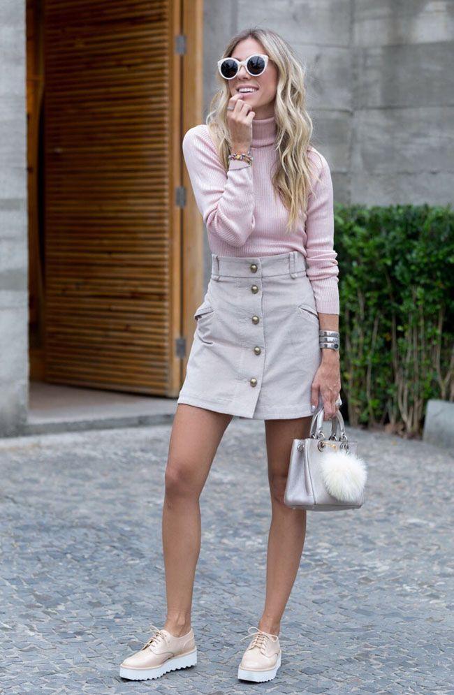 No Outono, quando não temos nem muito calor e nem muito frio, uma opção de look moderno e feminino é combinar Saias curtas com blusas e camisas de man...