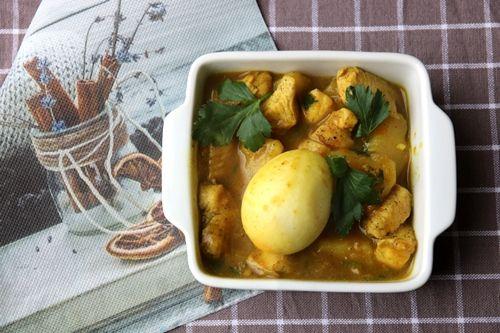 Kip kerrie met aardappelen, paprika en selderij - De keuken van Ursie
