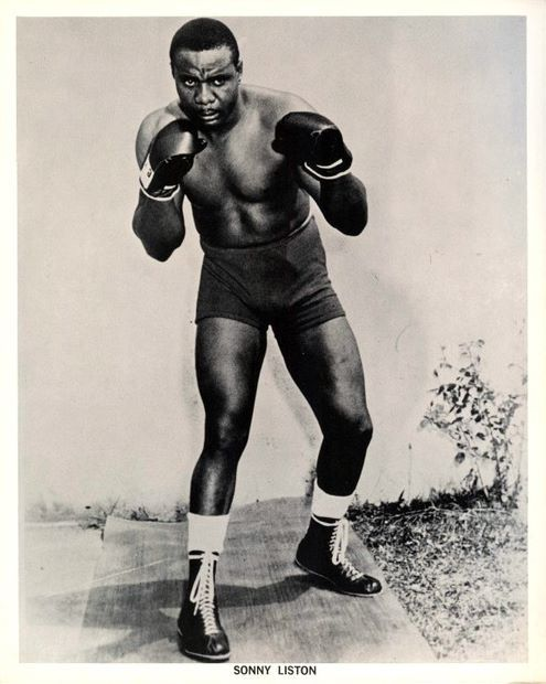 Liston standing with his footwork arranged southpaw while his upper body poised for an orthodox stance. Is he doing some kind of shift here?
