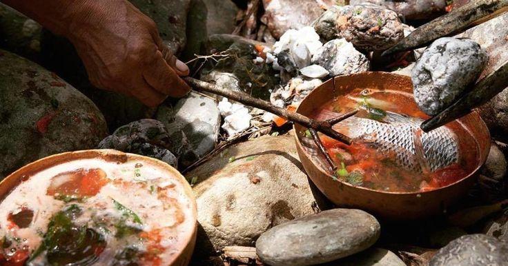 Su elaboración consiste en el cocimiento de camarones, pescados, cebolla, chile, jitomate y cilantro, epazote y agua, que son depositadas en un jícara, en donde se dejan caer piedras al rojo vivo, generando un proceso instantáneo de cocción que le da un sabor exquisito.  Las piedras tardan dos horas en calentarse y, cuando están listas, se colocan en la jícara donde están todos los ingredientes crudos y el agua fría, y la cocción no demora más de tres o cuatro minutos.  El caldo de piedra es…