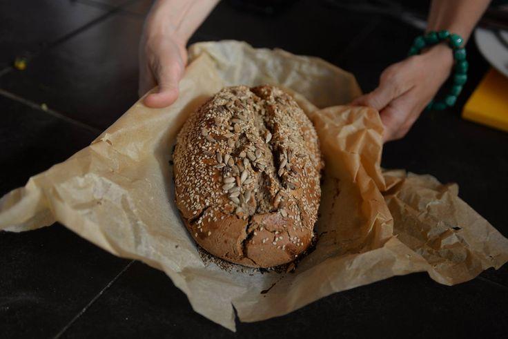 Ik geef het gewoon toe, ik ben dol op brood. Ik ben als hollandse kaaskop ook echt opgegroeid met twee keer per dag een broodmaaltijd en dan in mijn geval het liefst met kaas. In mijn obese periode trof je me vaak genoeg met de kaasschaaf bij de koelkast aan om zo een portie naar …
