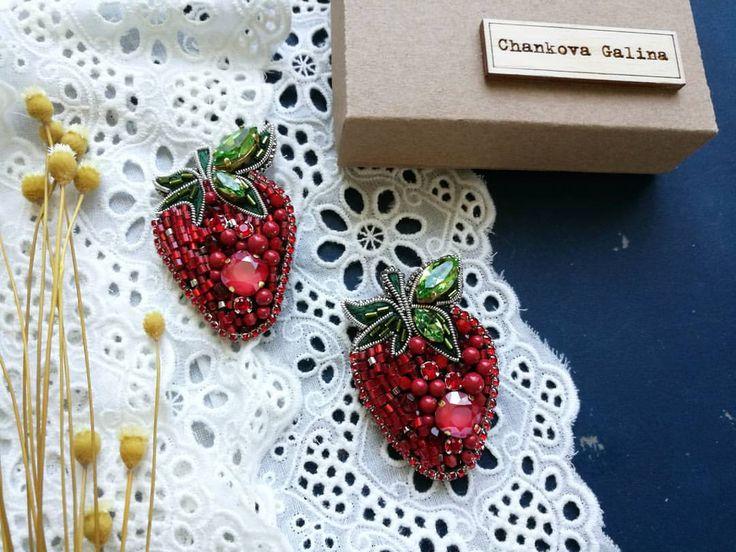 Верхняя ягодка в наличии продана Размер 5,5 -4 см Цена 1600 Состав:кристаллы и жемчуг swarovski, чешские бусины, японский бисер, хрустальные стразы, изнанка замша