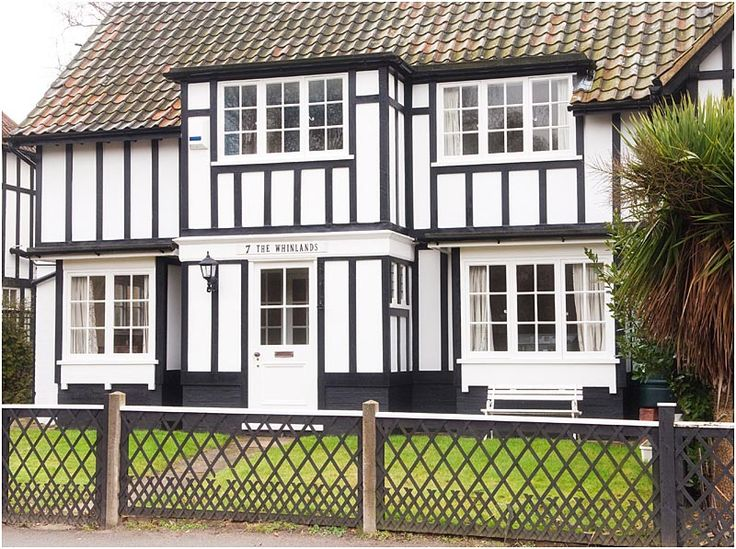 7 WHINLANDS, Thorpeness -This spacious and traditional pet friendly Thorpeness cottage is located in the heart of the village and is just a few minutes walk to Thorpeness Beach.