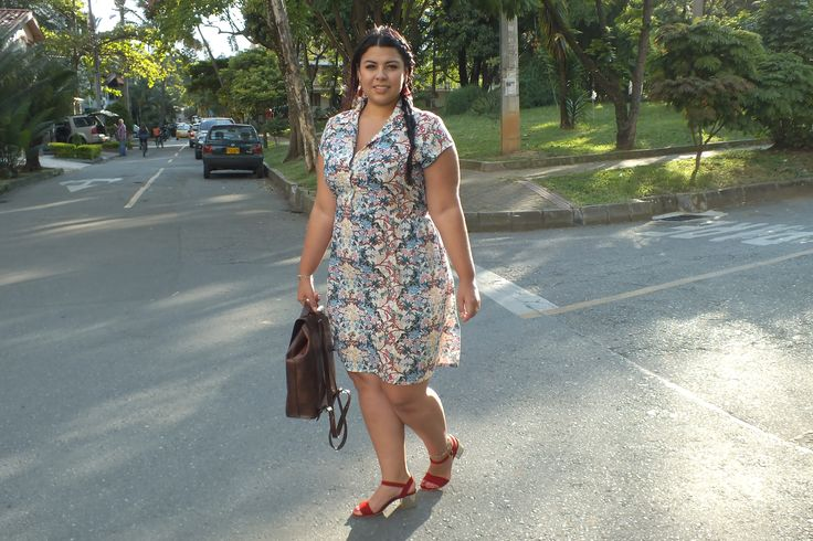 Moda tallas grandes: Vestido floral + Sandalias rojas. Plus size fashion: Spring dress + Red sandals #sizerevolution #plussize #tallasgrandes