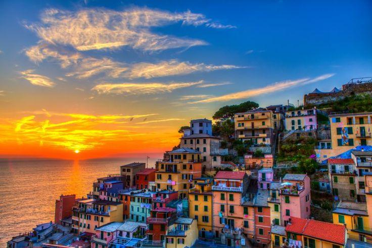 Продолжим путешествие по городам Италии? Сегодня я хочу познакомить вас с Капри. Чинкве Терре можно описать двумя словами: волшебный мир. Место, где красота будоражит чувства, взгляд скользит по морю, небу, земле, обоняние ловит каждый аромат, а к некоторым вещам так и тянет прикоснуться Не забудьте сохранить к себе на страничку и поделиться с друзьями!