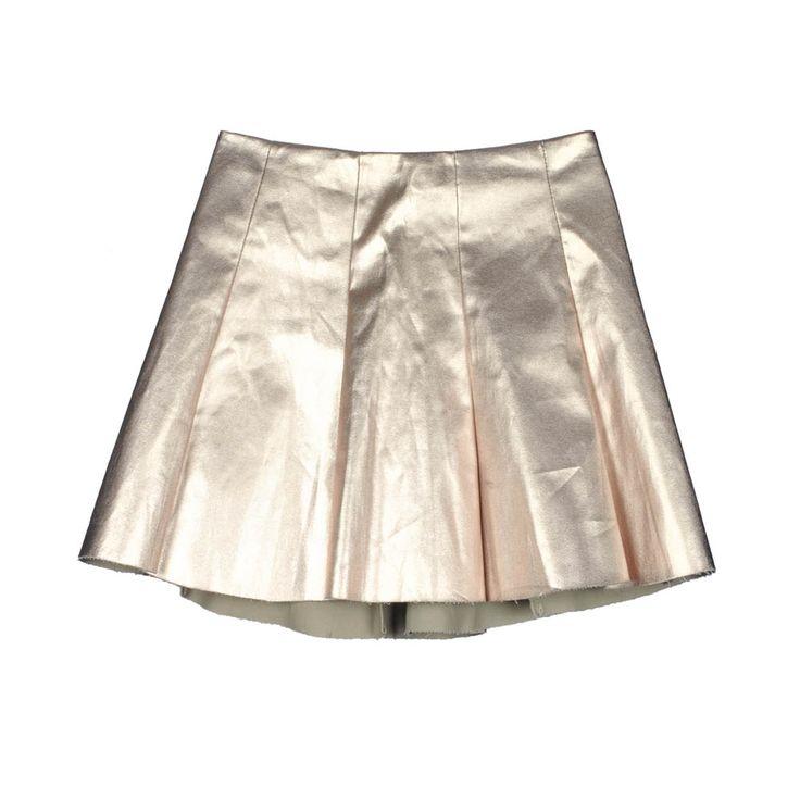 Mini falda de mujer metalizada dorada.