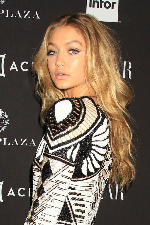 Gigi Hadid looked so gorgeous with bronzed makeup and long, wavy hair.