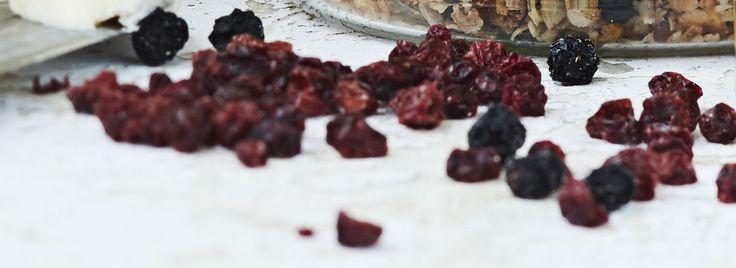 Kiertoilmauuni on kuivaamisessa hyvä, kunnollinen kuivuri kuningas. Kuivattuja marjoja voi käyttää esimerkiksi mysliin tai niitä voi napostella...