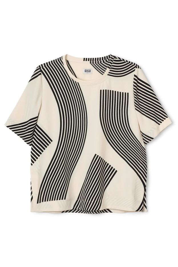 The Woven Printed Tee has a wide straight shape, a simple round neck and short sleeves. It has slits at the side seams and a graphical all-over print. - Size Small measures 103 cm in chest circumference and 62 cm in length. The sleeve length is 27 cm.