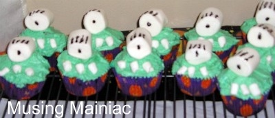 One-eyed Monster Cupcakes: Families Night, Fun Food, Monsters Cupcake, Oneey Monsters, Food Idea, Monster Cupcakes, Finger Art, Eating Cakes, Halloween