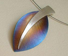 Colgante de plata y titanio