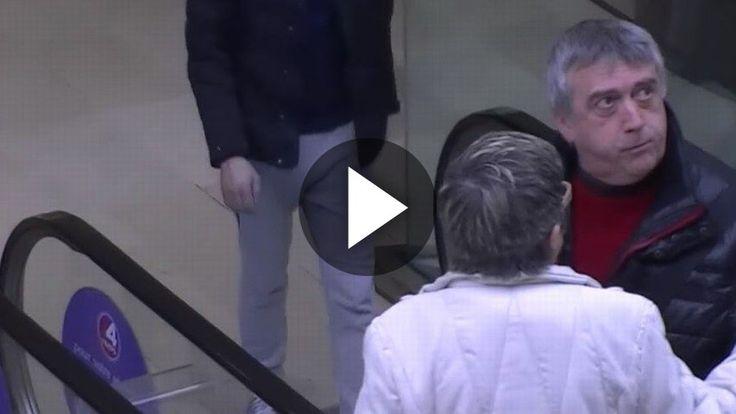 Vídeo de Cámara oculta: manitas en la escalera mecánica