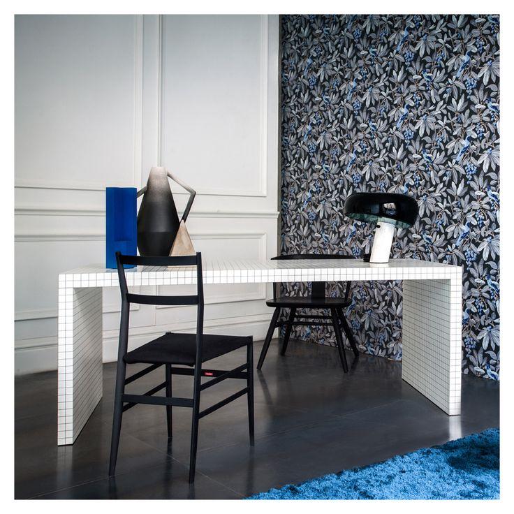 Un tavolo a quadretti e design classico—sedia e lampada. Squared table and classic design—chair and table lamp. Styling: Studio Pepe for Spotti. Snoopy, Achille & Pier Giacomo Castiglioni, 1967 for @floslighting http://www.flos.com/consumer/en/products/table/Snoopy Superleggera, Gio Ponti for @cassinaspa http://www.cassina.com/it/collezione/sedie-e-poltroncine/699