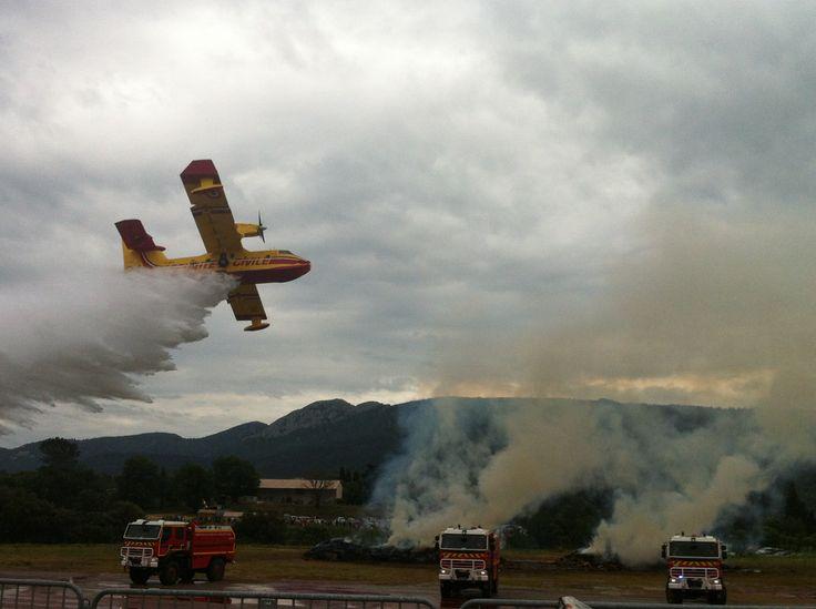 Canadair qui largue l'eau sur un feu  lors d'une démonstration à la Sécurité Civile de Brignoles)