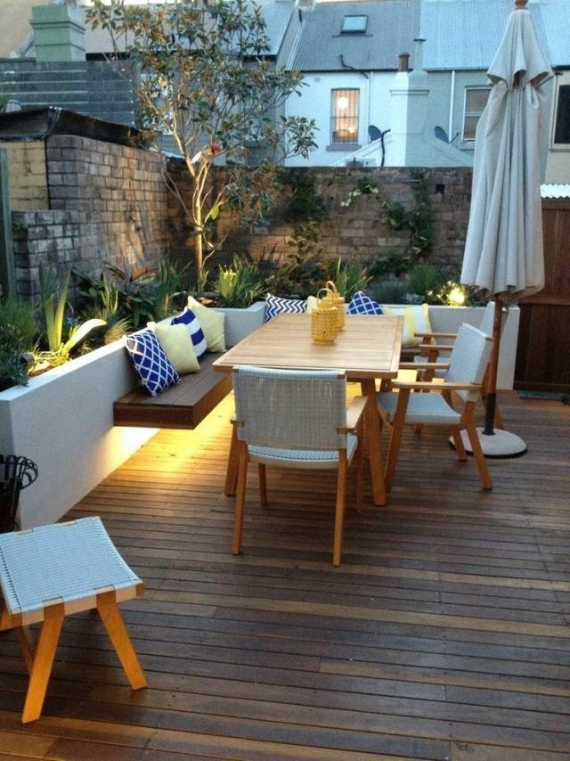 éclairage indirect: coin-repas extérieur à la terrasse en bois
