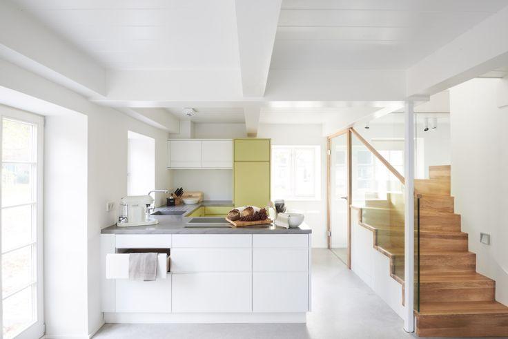 Mitten im Dorf Nieblum auf der Insel Föhr steht das Haus Steuermann. Es ist umgeben von alten Sommerlinden und duftenden Heckenrosen. Finden Sie Erholung und Klarheit in der alten Bausubstanz. Sie trifft in den beiden hochwertig restaurierten Hausflügeln auf Designklassiker der Moderne und eine erstklassige Ausstattung.