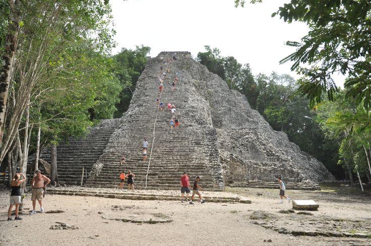 """Så blev det tid for endnu en mayaruin. Denne gang Cobá. Igen var det en gammel by, som ligger inde i """"junglen"""". For at komme rundt betalte vi en mand for at køre os i cykeltaxa og det var rigtig skønt varmen taget i betragtning. Cobá er ikke blevet restaureret så meget som f.eks. Chichén Itzá, hvilket giver den en …"""