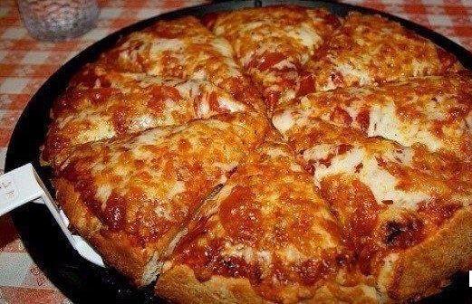 Ínycsiklandó serpenyős pizza, mióta kipróbáltuk ezt a receptet, csak így készítjük!