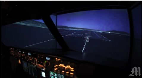 Aficionado construye su propio simulador de vuelo en la cochera de su casa con la cabina de un Boeing 737