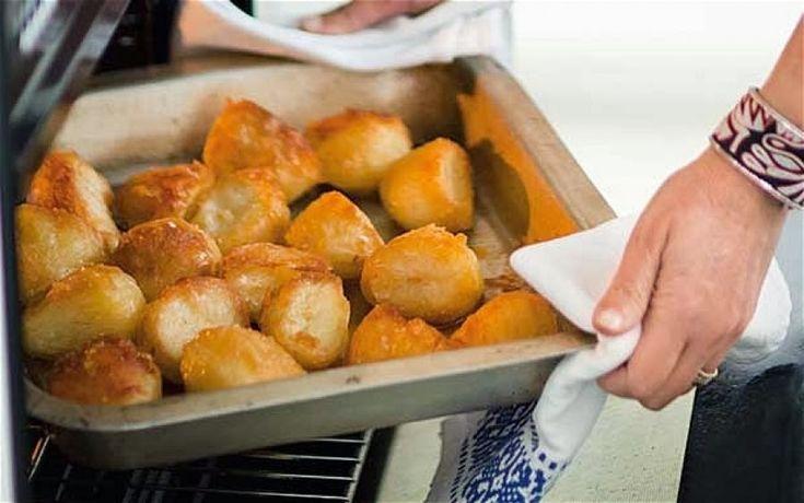 Να τι πρέπει να κάνεις για σούπερ τραγανές πατάτες φούρνου!Ένα μικρό μυστικό μαγειρικής θα σε… γλυτώσει από τα περιττά λίπη!…  Σαφώς η γεύση της τηγανιτής πατάτας είναι μοναδική και αναντικατάστατη!    Οι πατάτες στο φούρνο όμως, είναι μια