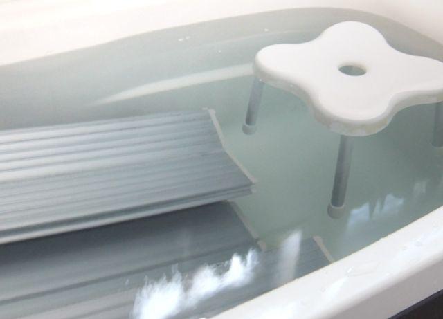 お風呂掃除ってと~ってもめんどくさいですよね!どんなにキレイにしようと気を付けてても、カビとかヌメリとか鏡のうろこ汚れとかが出てきちゃうし。しかも落とそうと思って力任せにゴシゴシやっても全然落ちないし!そんなめんどくさいお風呂掃除なんだけど、じつは重曹やクエン酸を使ってそれぞれの汚れに合ったお掃除方法をしとけば、放っておくだけでピカピカにできちゃうんです♪これでお風呂掃除もらくちん♡