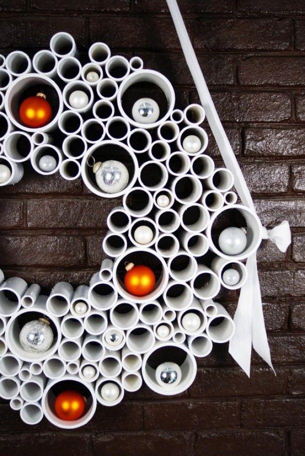 Kerstkrans van wit gespoten pvc pijp - Christmas wreath #recycle