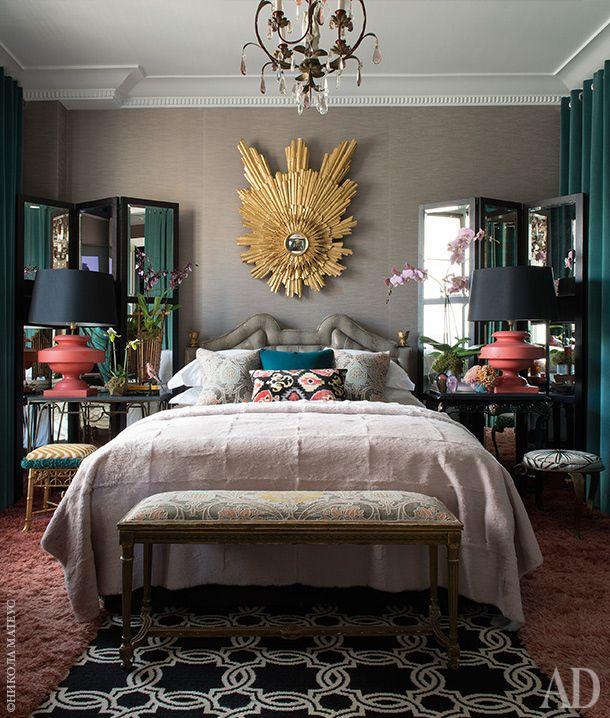 Кровать и зеркало визголовье сделаны по эскизам автора проекта. Справа— очередная штора, скрывающая гардероб ивход вванную комнату.