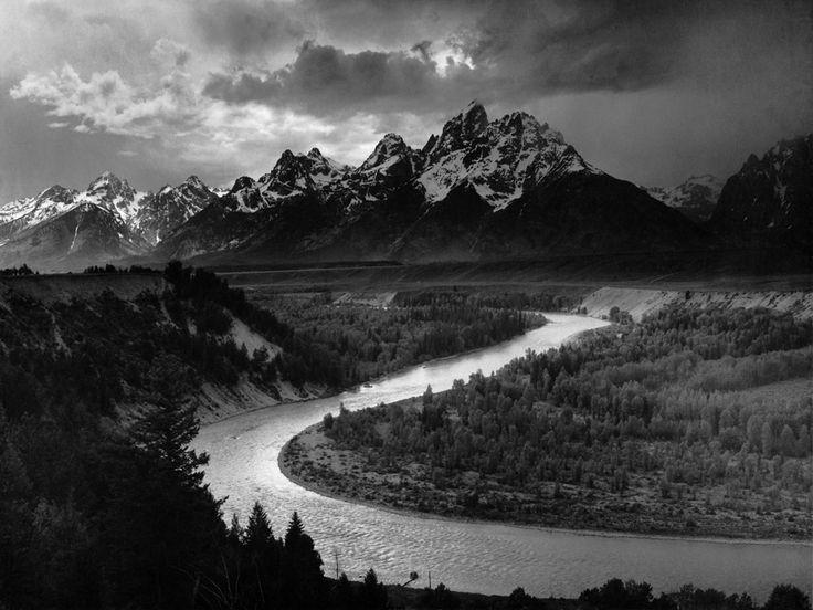 """Foto di Ansel Adams - 1942 - Nel 1932, Ansel fonda il """"Gruppo F/64"""" allo scopo di riunire alcuni fotografi aderenti alla cosiddetta Straight Photography. Il nome del gruppo e cioè """"f/64"""" si riferisce alla minima apertura di diaframma nello scatto di una fotografia e al conseguente valore massimo di profondità di campo per una maggiore accuratezza dei dettagli."""