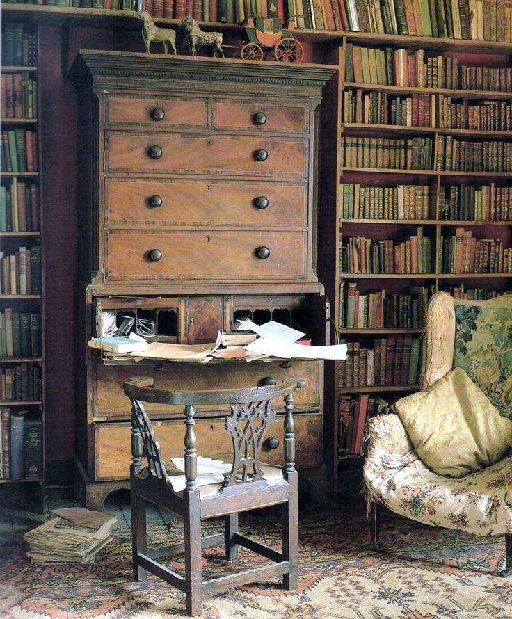 A lovely library full of Old World charm.  I adore the writing desk nestled amid the bookshelves!  ~Splendor