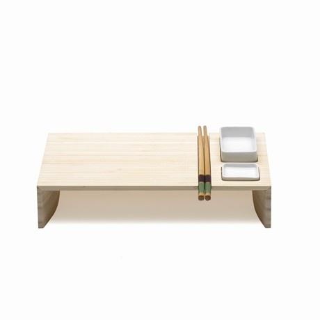 Tutta la raffinatezza e la semplicità dell'estetica giapponese in questo set per sushi e sashimi che ricorda l'Oriente anche nella scelta dei materiali. Il vassoio ospita le ciotole per la soja e il wasabi e il particolare incavo nella base permette di trasportare le bacchette in bamboo evitando che rotolino giù.  Design: Bjørn Elisse
