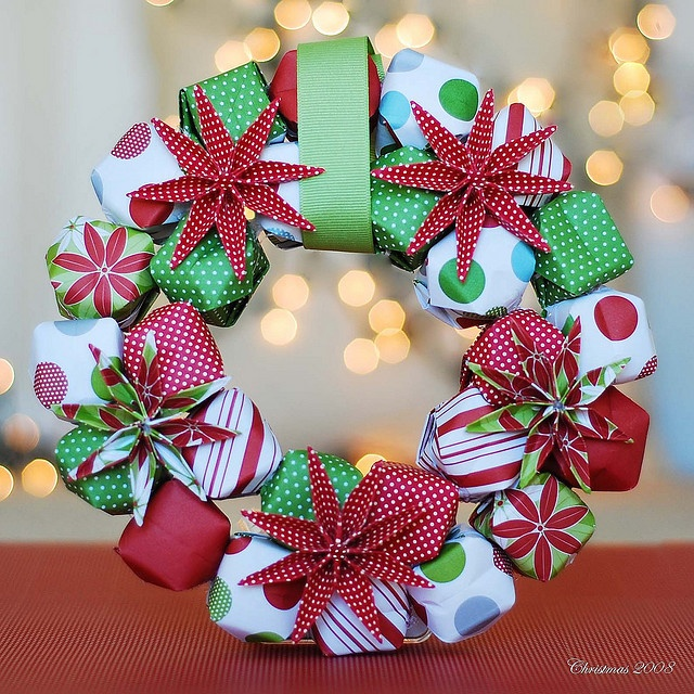 What a cool take on a paper wreath! From Flickr user Maliah - instructions on how she did it are here: http://www.flickr.com/photos/shaidream/3104585221/