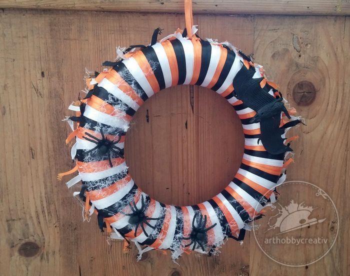 Desi Halloween-ul este o sarbatoare foarte populara mai mult in Statele Unite, Canada, Regatul Unit sau Irlanda, s-a raspandit in ultimul timp si pe la noi, mai mult de dragul distractiei si a petrecerilor in diverse costumatii. Am creat si noi un obiect decorativ in culorile acestei sarbatori, cu accesorii infricosatoare. Cu cat e mai urat si mai dezgustator, cu atat mai bine!