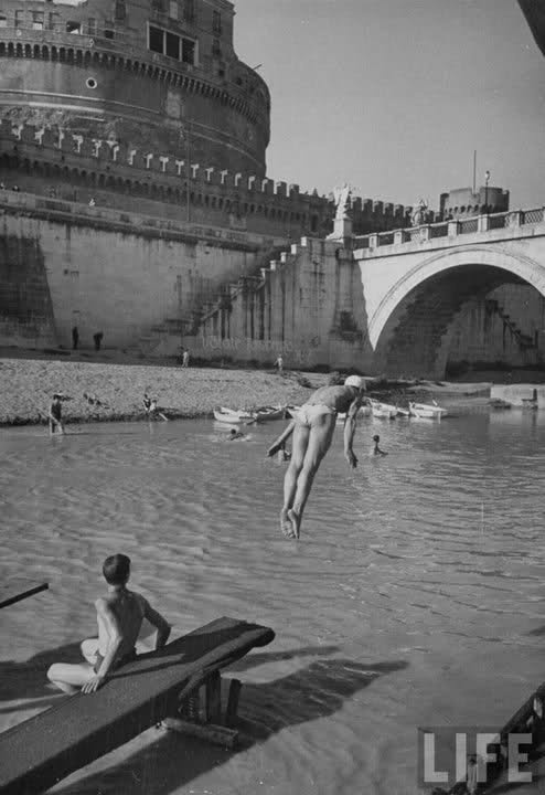 Diving into the Tiber near Castel Sant'Angelo